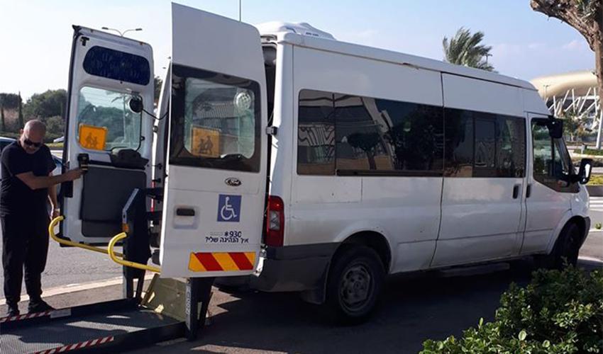 רכב הסעות לבעלי מוגבלות מוריד תלמידים על מדרכה ליד בית הספר נאות פרס
