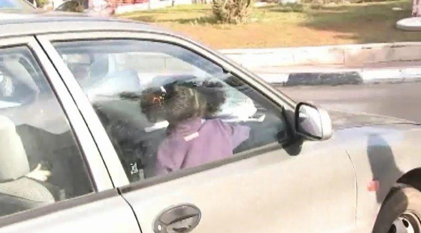 ילדה לא חגורה במושב הקדמי של הרכב (צילום: עמותת אור ירוק)