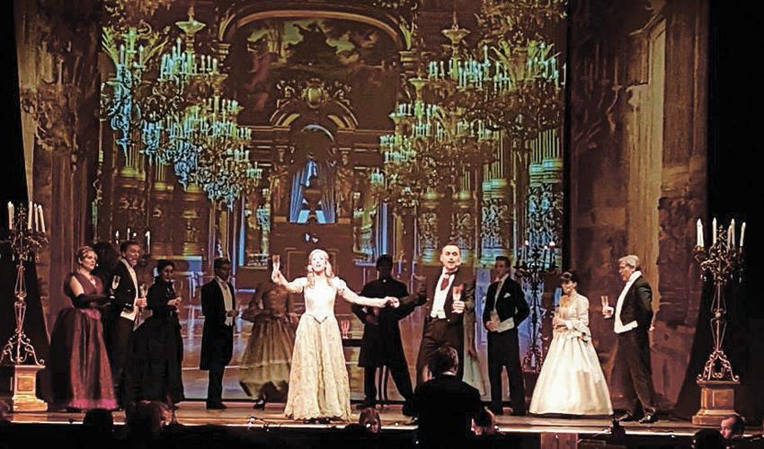 """ניבה אשד ב""""פאנטום האופרה"""". """"הופענו כל ערב"""" (צילום: המגזין """"Jungfrau Zeitung"""")"""