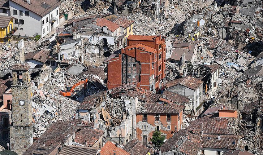 נזקי רעידת אדמה באיטליה (צילום: ALESSANDRO DI MEO, AP)