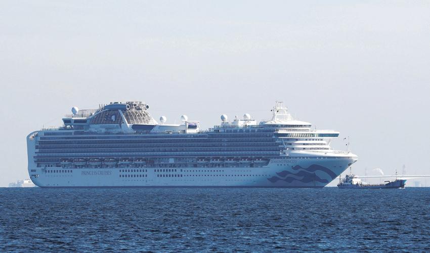 """ספינת התענוגות """"דיאמונד פרינסס"""", שזכתה לכינוי """"ספינת הקורונה"""", מול חופי יפן (צילום: KIM KYUNG HOON, REUTER)"""