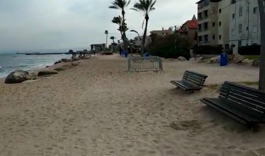 טיילת בת גלים מכוסה בחול (צילום: יובל בוסין)