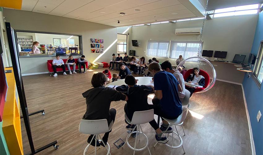 תלמידי ליאו באק כותבים את המכתבים למקביליהם בסין (צילום: בית הספר ליאו באק)