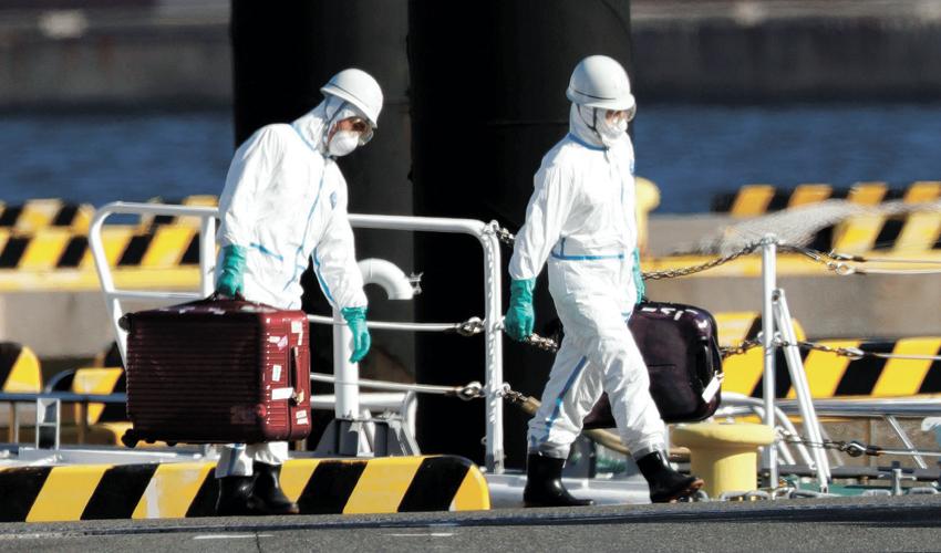 """צוותי רפואה על """"ספינת הקורונה"""" (צילום: KIM KYUNG HOON, REUTER)"""