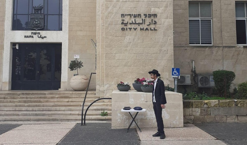 """הדוכן להנחת תפילין ברחבת בניין עיריית חיפה (צילום: ישיבת חסידי חב""""ד הדר)"""