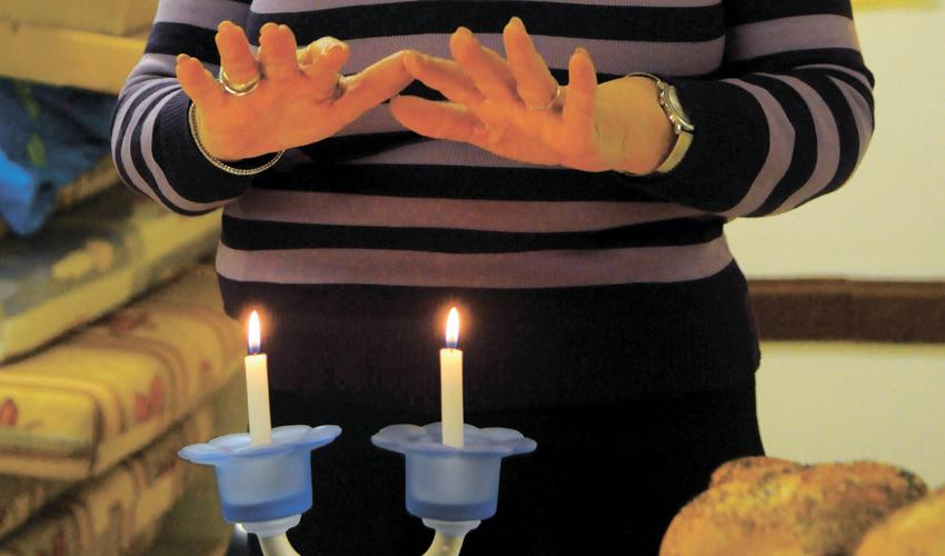 הדלקת נרות שבת (צילום: תומר נויברג, ג'יני)