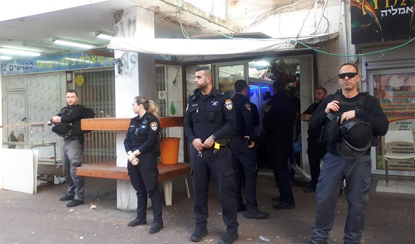 כוחות משטרה ליד חנות הפרחים של שאדי בנא בהדר