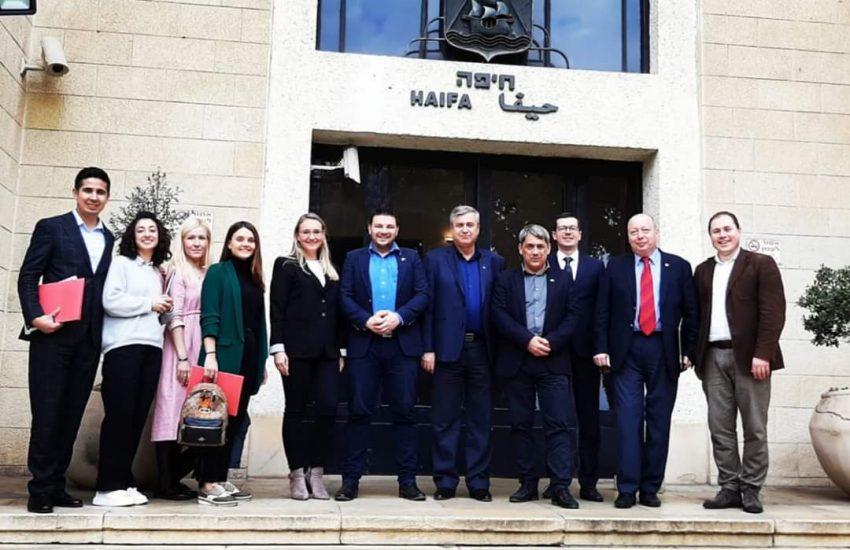 לזר קפלון (רביעי מימין), איגור פפוב (שני מימין) ונציגי ממשלת מוסקבה