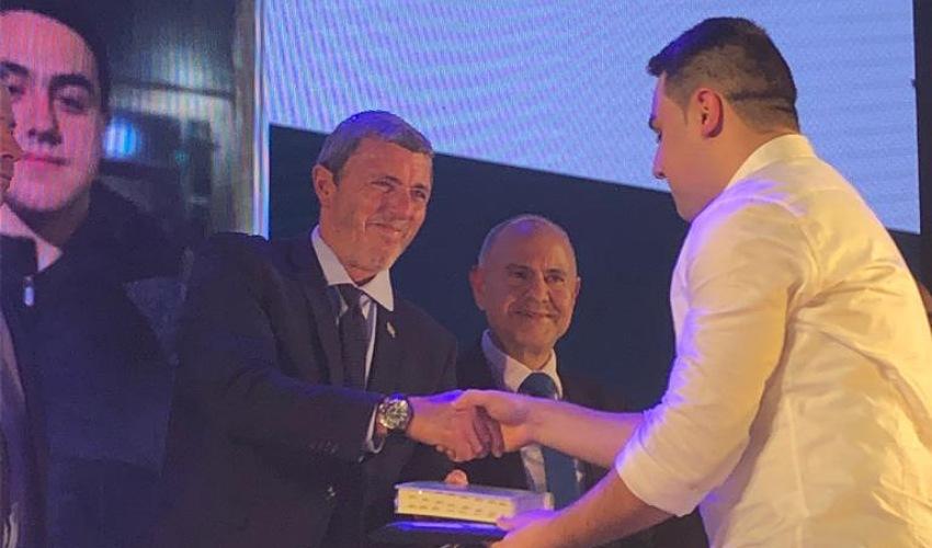 """אופק אמיר מקבל את הפרס משר החינוך הרב רפי פרץ (צילום: דוברות מד""""א)"""