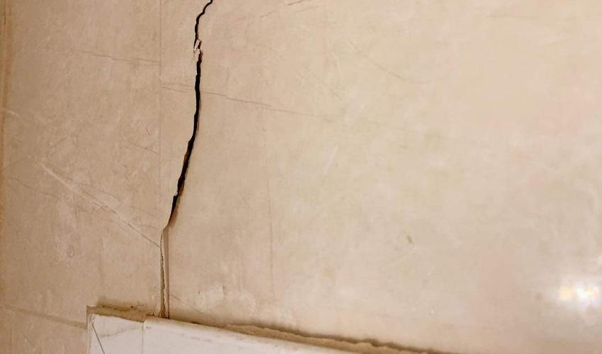 הסדק בחדר האמבטיה (צילום: ולרי קרבליס)