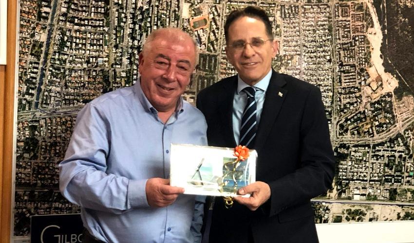 מזכיר הממשלה צחי ברוורמן וראש העיר דוד אבן צור (צילום: דוברות עיריית קרית ים)