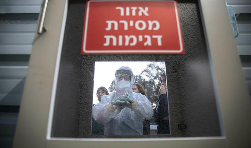 מתן דגימות לאיתור וירוס הקורונה (צילום: מוטי מילרוד)
