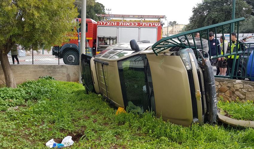 הרכב שהתהפך על צדו (צילום: דוברות שירותי כיבוי והצלה)