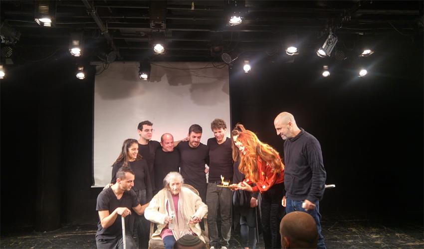 """נעמי פולני וצוות ההצגה """"הכל זהב"""" (צילום: אלה אהרונוב)"""
