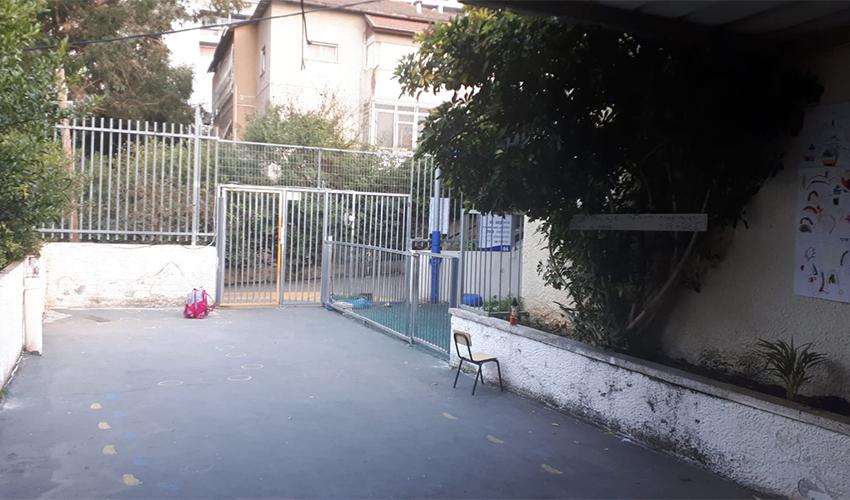 רחבת הכניסה לגן שיח שבה נאלצים הילדים לשחק לאחר שנאסרה היציאה לחצר