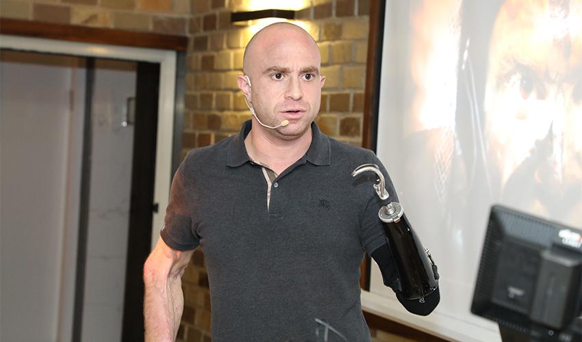 הלוחם זיו שילון בהרצאה למטופלים קרדיט (צילום: המרכז הרפואי כרמל)