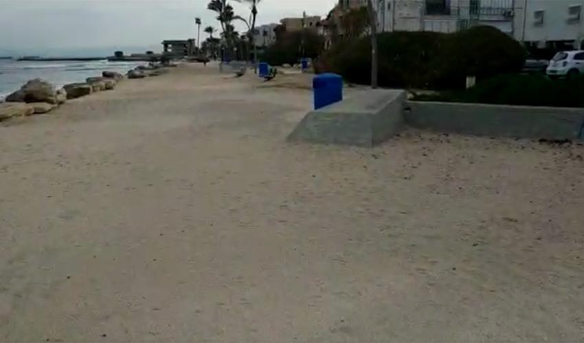 החול מכסה את טיילת בת גלים (צילום: יובל בוסין)