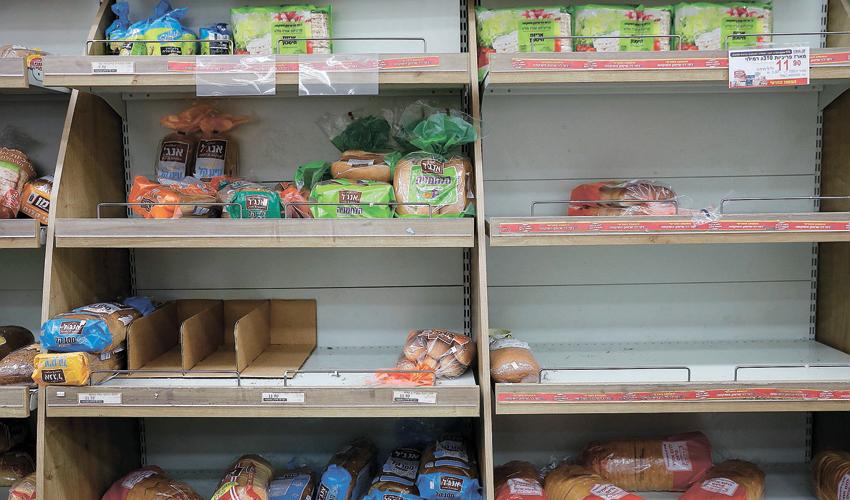 מדפים ריקים בסופרמרקט. הציבור נערך לסגר כללי (צילום: מגד גוזני)