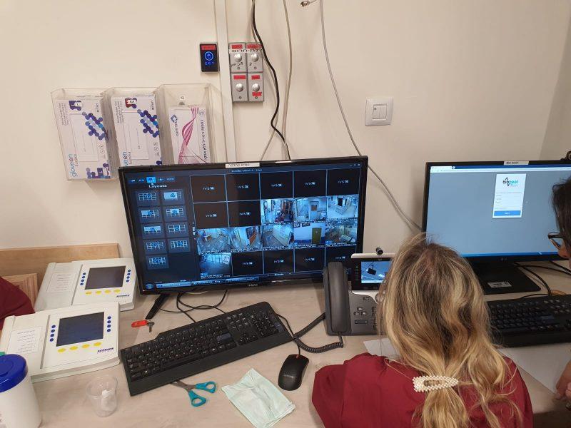 """שיחה עם המטופל מחדר הבקרה במחלקת הקורונה (צילום: דוברות הקריה הרפואית רמב""""ם)"""
