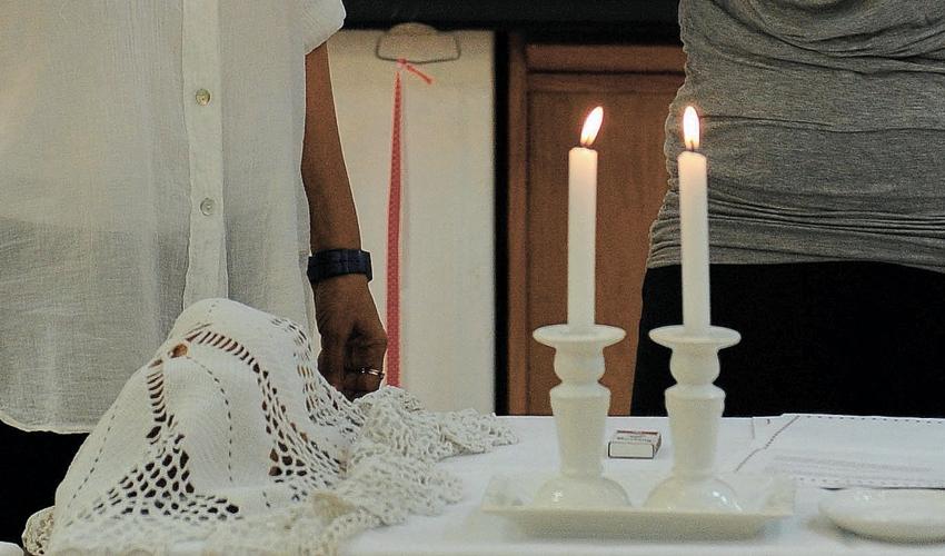 הדלקת נרות שבת (צילום: גיל אליהו)