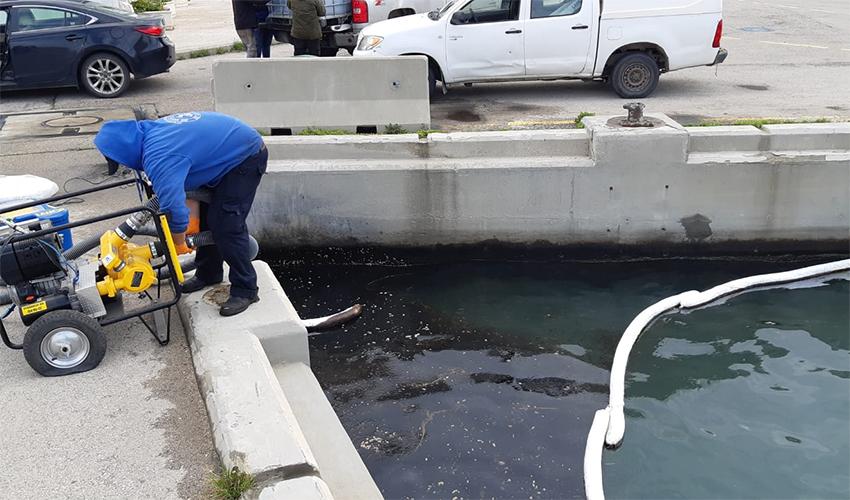 שאיבת השמן בנמל הדלק בחיפה (צילום: היחידה הארצית להגנת הסביבה הימית, המשרד להגנת הסביבה)