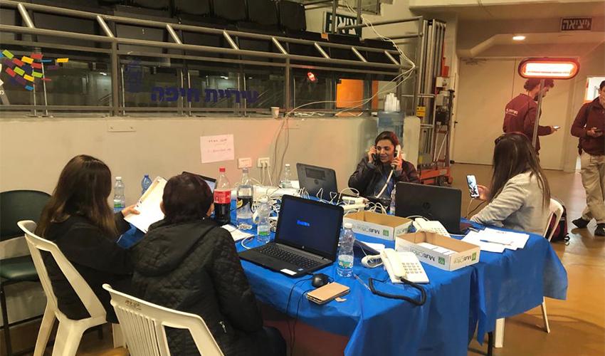 ההכנות בוועדת הבחירות האזורית לקליטת הקלפיות (צילום: שושן מנולה)