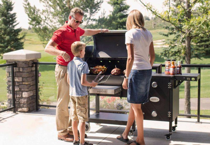 """על האש בסטייל עם """"רוקח"""": פתרונות איכותיים לצלייה, בישול ועישון בשר. תמונה באדיבות חברת רוקח - מוצרי להבה."""