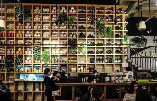 """מסעדת רפאלו. """"אנחנו מנסים לקיים אורח חיים שגרתי בגבולות האפשר"""" (צילום: אפיק גבאי)"""