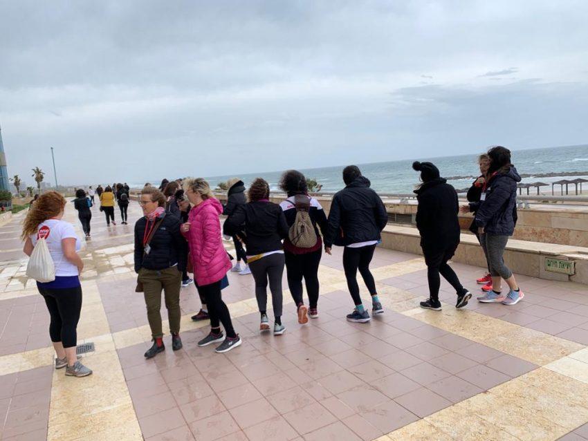 הליכת המנטורינג בטיילת חוף הכרמל (צילום: חגית הורנשטיין)