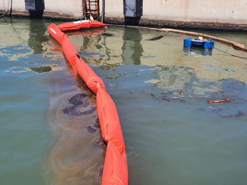 העבודות לשאיבת השמן (צילום: היחידה הארצית להגנת הסביבה הימית, המשרד להגנת הסביבה)