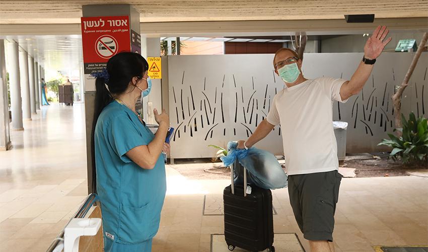 """רון גלאס משתחרר ממחלקת הקורונה בקריה הרפואית רמב""""ם (צילום: דוברות הקריה הרפואית רמב""""ם)"""