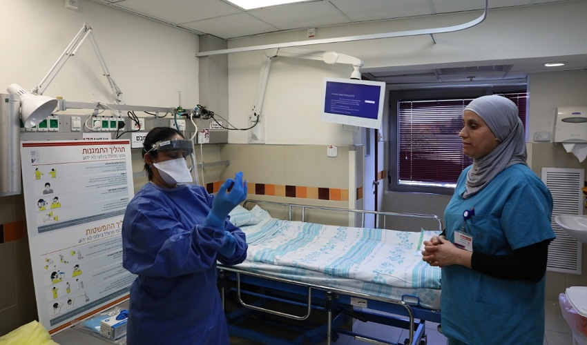 """תרגול התמגנות של הצוות במחלקת הקורונה (צילום: פיוטר פליטר, דוברות הקריה הרפואית רמב""""ם)"""