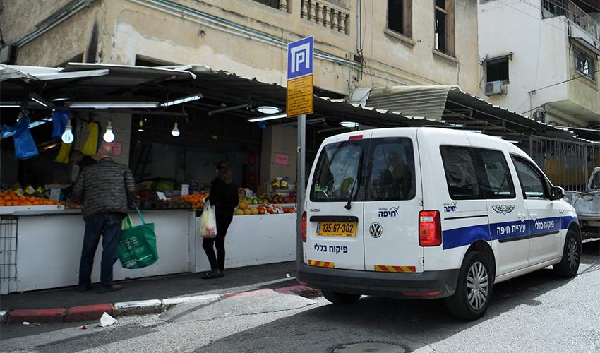 רכב של הפיקוח העירוני בשוק תלפיות, היום (צילום: אלה אהרונוב)