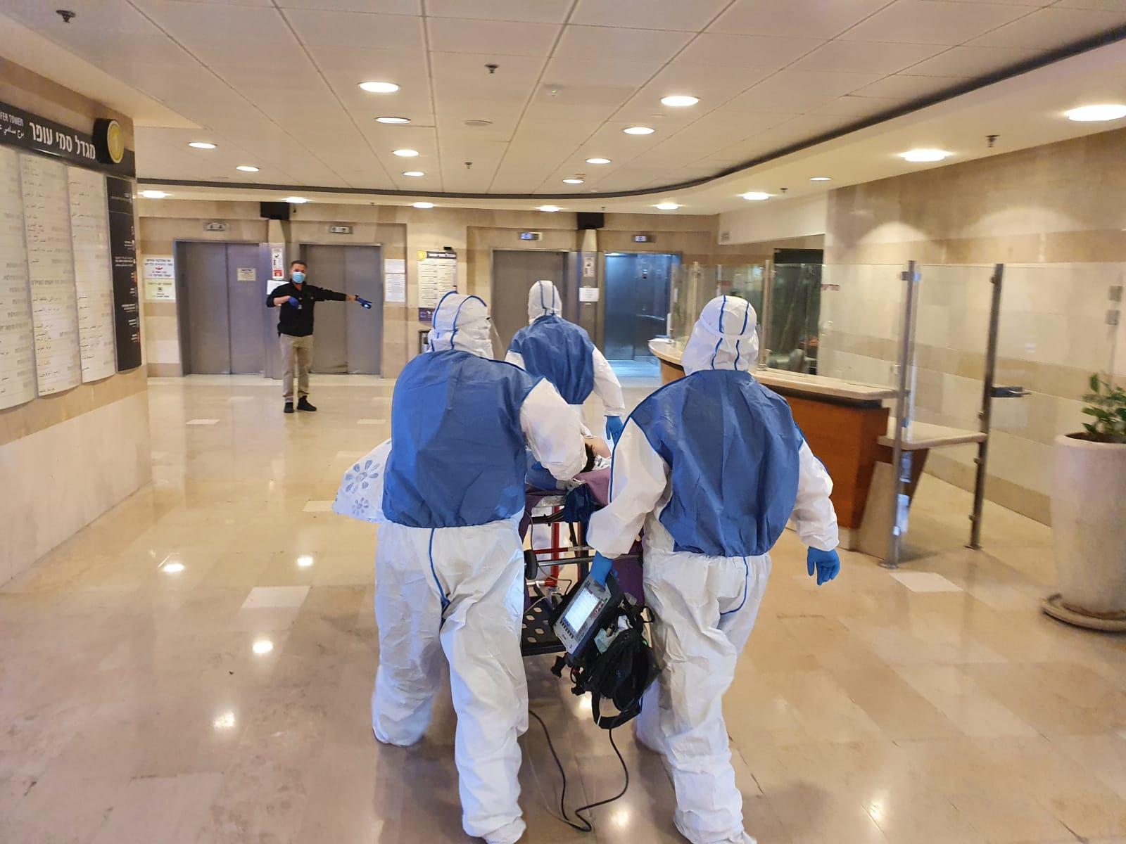 """הגעתו של חולה הקורונה הפצוע לקריה הרפואית רמב""""ם (צילום: ביטחון הקריה הרפואית רמב""""ם)"""