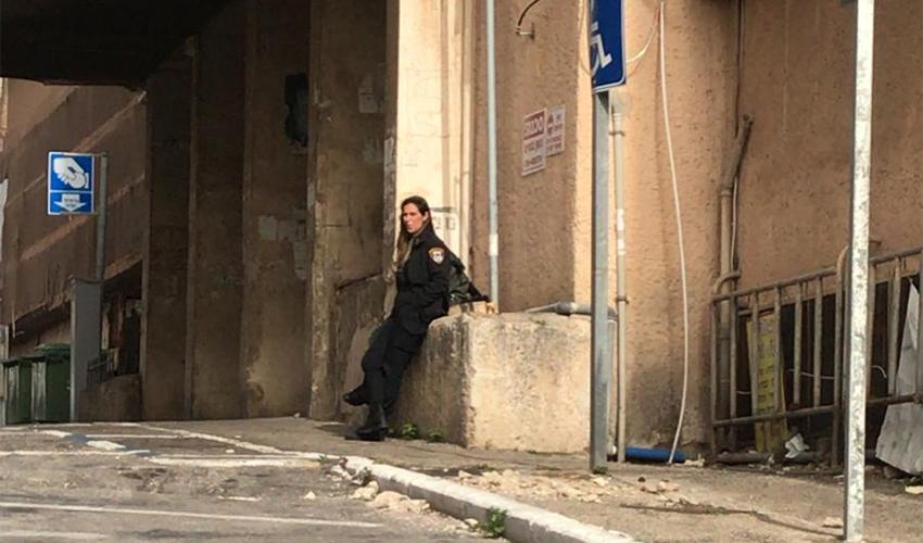 שוטרת מפקחת על האיסור לפתוח דוכנים בשוק תלפיות (צילום: שבי סלמן)
