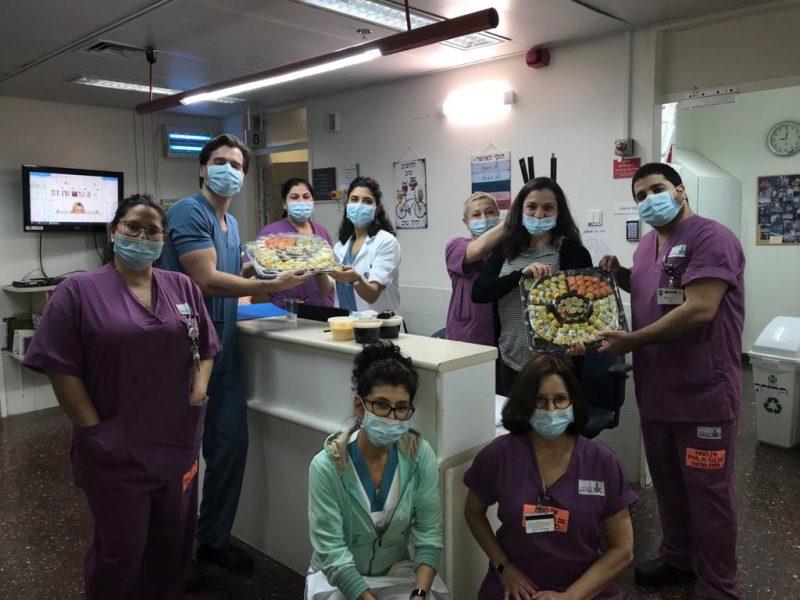 לפנק...לפנק...לפנק! הצוותים במחלקות השונות במרכז הרפואי בני ציון. צילום: דוברות המרכז הרפואי בני ציון