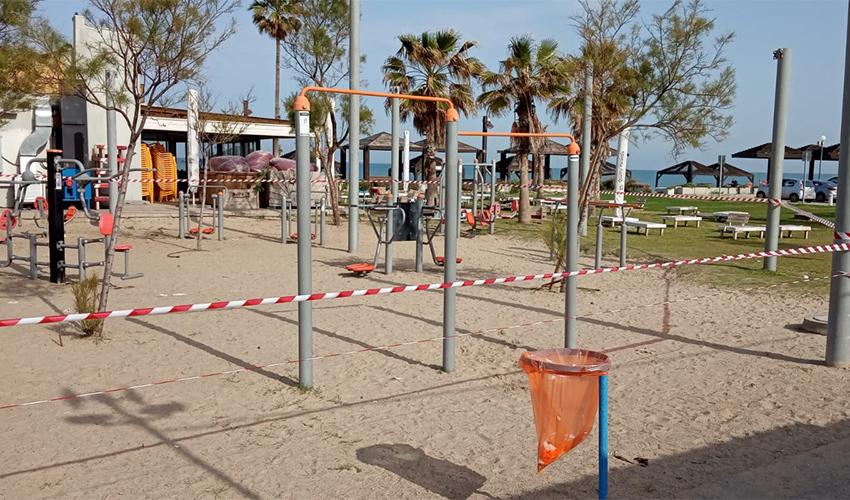 סרטי סימון מקיפים את מתחם המתקנים בחוף הים (צילום: דוברות עיריית חיפה)