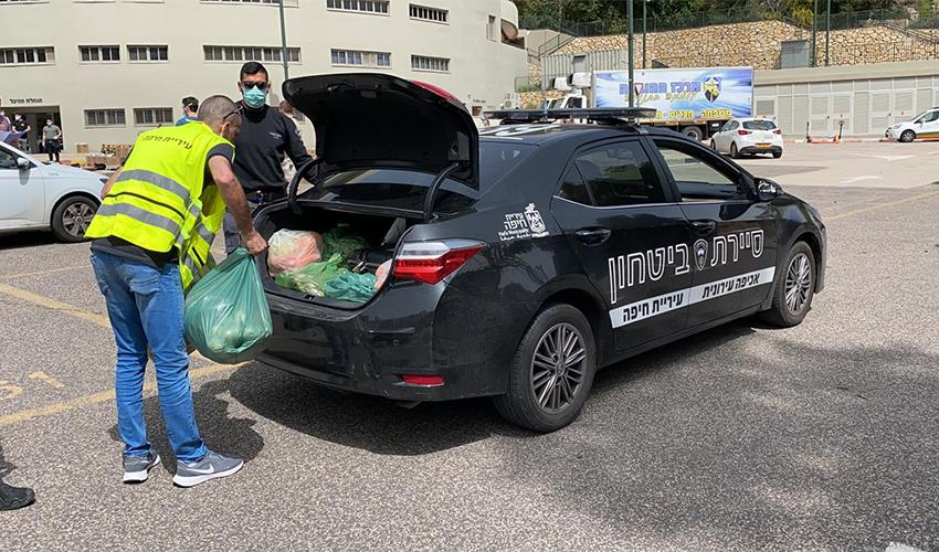 עובדי עיריית חיפה מחלקים חבילות מזון (צילום: ראובן כהן, דוברות עיריית חיפה)