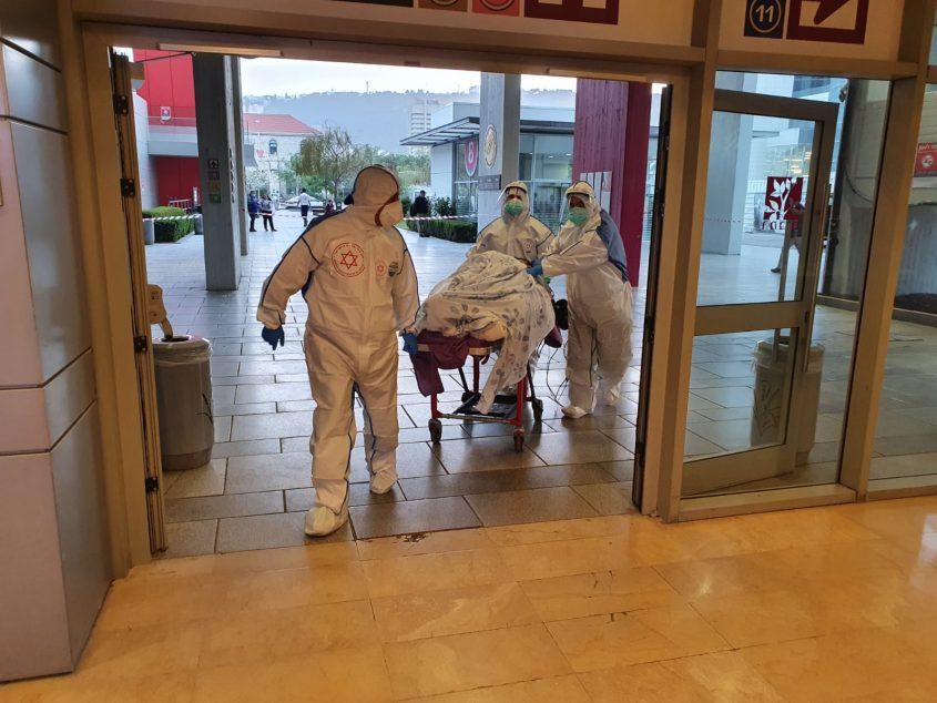 """חולה קורונה מובהל לבית החולים (צילום: ביטחון הקריה הרפואית רמב""""ם)"""
