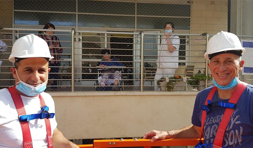 אשר רוזן (בחולצה הכחולה) בדרך למפגש עם אמו (צילום באדיבות אשר רוזן)