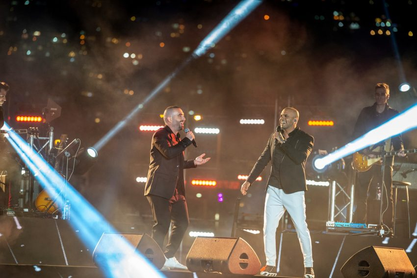 אייל גולן ועומר אדם בהופעה בנמל חיפה (צילום: ורהפטיג ונציאן)
