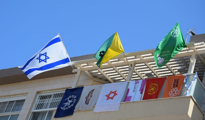הדגלים על מרפסתה של משפחת כהן (צילום: דוברות איחוד הצלה)