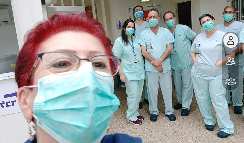 שלומית עג'מי בסלפי עם צוות מחלקת קורונה 1 במרכז הרפואי כרמל (צילום: שלומית עג'מי)