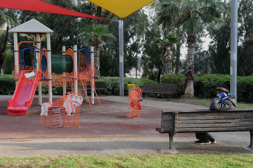 מתקנים חסומים בגן שעשועים (צילום: רמי שלוש)