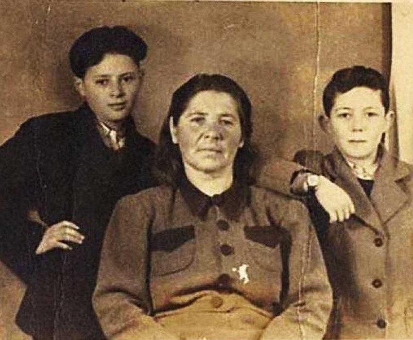 פרניה דדק ביילסקי והילדים בנימין בליצר ואליעזר ארט (צילום: אתר יד ושם)