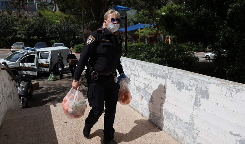 שוטרת מחלקת חבילות מזון בנוה יוסף (צילום: דוברות משטרת ישראל)