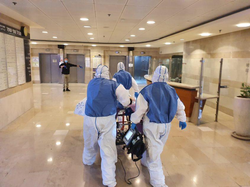 """חולה קורונה מובל אל הקריה הרפואית רמב""""ם (צילום: ביטחון הקריה הרפואית רמב""""ם)"""