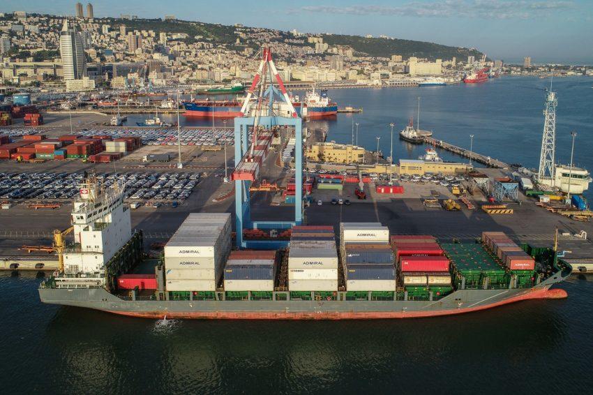"""האונייה """"PAOLA"""" פורקת את משלוח הביצים בנמל חיפה (צילום רחפן: ארז סימון, גיאודרונס)"""