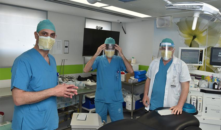 פרופ' סאמר סרוג'י וצוותו במרכז הרפואי לגליל בודקים את המדבקה החדשה (צילום: אלי כהן, זיקוקין)