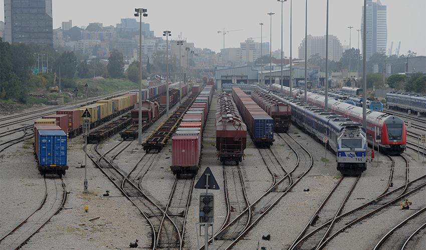 רכבות מושבתות על המסילות (צילום: רמי שלוש)